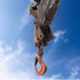 Ciężarowy dźwigowy haczyk na niebieskim niebie Zdjęcia Stock