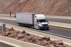 Ciężarowy jeżdżenie na autostradzie fotografia stock