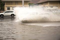 Ciężarowy jeżdżenie post przez wody powodziowej na drodze Obrazy Stock