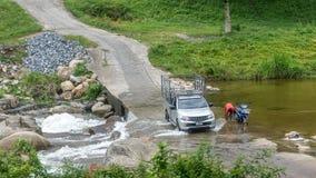 Ciężarowy jeżdżenie przez rzeki w Kiriwong Tajlandia zdjęcia royalty free