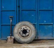 Ciężarowy koło i łopata na tle garaży drzwi Obraz Royalty Free