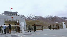 Ciężarowy omijanie Przez Pakistan Chiny granicy Przy Khunjerab przepustką, wojsko Otwiera Rabatową bramę, Pakistan zdjęcie wideo