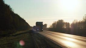 Ciężarowy stromy wzgórze iść up Pojazd pov strzelał przyczepa ciężarowy ruch drogowy na autostradzie semi zbiory