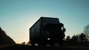 Ciężarowy stromy wzgórze iść up Pojazd pov strzelał przyczepa ciężarowy ruch drogowy na autostradzie semi zbiory wideo