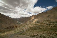 Ciężarowy wspinaczkowy przy Gata up zapętla na Manali, Leh drodze w Ladakh - Fotografia Stock