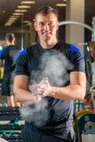 Ciężaru lifter w gym narządzania rękach przeciw ono ślizga się Zdjęcie Royalty Free