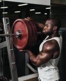 Ciężaru stażowy afrykanin robi bodybuilding Zdjęcie Stock