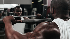 Ciężaru stażowy afrykanin robi bodybuilding Zdjęcie Royalty Free