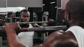 Ciężaru stażowy afrykanin robi bodybuilding Obraz Royalty Free