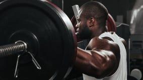 Ciężaru stażowy afrykanin robi bodybuilding Obrazy Royalty Free