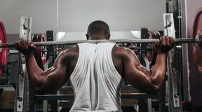 Ciężaru stażowy afrykanin robi bodybuilding Zdjęcia Stock