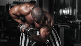 Ciężaru stażowy afrykanin robi bodybuilding Obrazy Stock