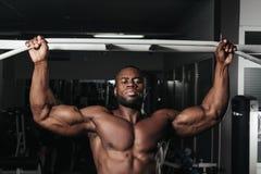 Ciężaru stażowy afrykanin robi bodybuilding Fotografia Stock