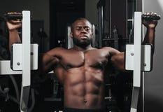 Ciężaru stażowy afrykanin robi bodybuilding Fotografia Royalty Free