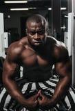Ciężaru stażowy afrykanin robi bodybuilding Zdjęcia Royalty Free