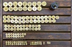 Ciężary na drewnianym stole Obrazy Stock