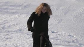 Ciężcy kroki przez śnieżnych poly Piękna młoda kobieta z kędzierzawym włosy prostym ty zbiory wideo