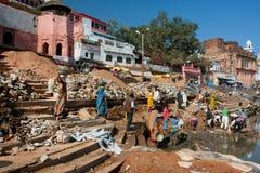 Ciężcy pracujący ludzi robią budowie spadek rzeka Zdjęcia Stock