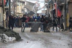 Ciężcy zderzenia Wybuchają w Sopore miasteczku Po Piątek modlitw zdjęcia stock
