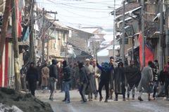 Ciężcy zderzenia Wybuchają w Sopore miasteczku Po Piątek modlitw obraz royalty free