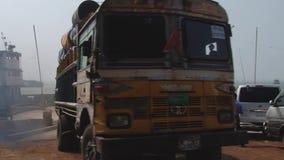 Ciężka ładowna Tata ciężarówka wyokrętuje od Daulatdia ferryboat przy Padma brzeg rzeki przy Chhota Dhulandi, Bangladesz zdjęcie wideo