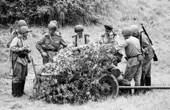Ciężka artyleria z żołnierzami czarny i biały Zdjęcie Royalty Free