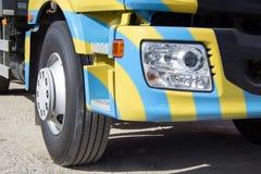 Ciężka ciężarówka w jaskrawej kolorystyce Zdjęcia Royalty Free