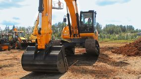 Ciężka gąsienicowa ekskawator ekskawacja na budowie Pomarańczowy ekskawator zbiory wideo