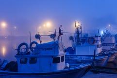 Ciężka mgła Nad rybaka schronieniem W Marmara, Turcja - Zdjęcie Stock