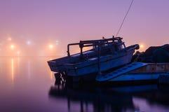 Ciężka mgła Nad rybaka schronieniem W Marmara, Turcja - Obraz Royalty Free