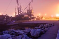 Ciężka mgła Nad rybaka schronieniem W Marmara, Turcja - Obrazy Royalty Free