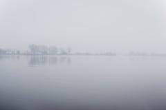 Ciężka mgła nad rzeką w jesieni Zdjęcia Stock