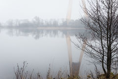 Ciężka mgła nad rzeką w jesieni Zdjęcia Royalty Free