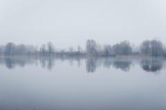 Ciężka mgła nad rzeką w jesieni Obraz Royalty Free