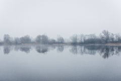 Ciężka mgła nad rzeką w jesieni Obraz Stock