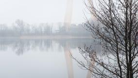 Ciężka mgła nad rzeką w jesieni Fotografia Royalty Free