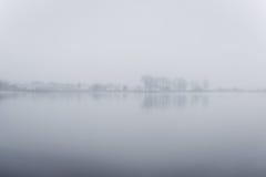 Ciężka mgła nad rzeką w jesieni Fotografia Stock
