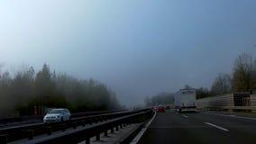 Ciężka mgła tworzy nad autostrada A1 w kierunku Ljubljana, Slovenia zdjęcie wideo