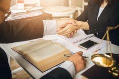 Ciężka praca azjatykci prawnik w prawniku obraz stock