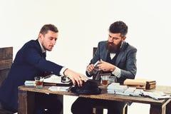 ciężka praca sztuki Robić biznesowej księgowości Ruchliwie mężczyźni planuje firma budżet Biznesmeni liczy gotówkowego pieniądze obraz stock