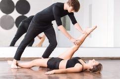Ciężka pracująca sprawna kobieta trzyma jej nogę up Obrazy Stock