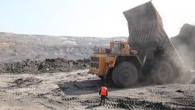 Ciężka usyp ciężarówka rozładowywa skałę zdjęcie wideo