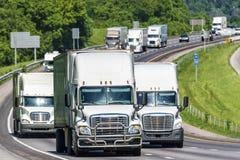 Ciężki Ciężarowy ruch drogowy na autostradzie międzystanowej zdjęcie stock