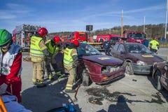 Pożarniczy i ratuneku usługowi łama up uszkadzającego samochód, fotografia 27 Obrazy Royalty Free