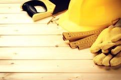 Ciężki kapelusz i różnorodni narzędzia na drewnianym tle Obraz Stock