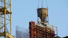 Ciężki przemysłowy dźwigowy dostarcza beton dla nalewać ściany, lokalowa nieruchomość obraz stock