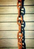 Ciężki Rdzewiejący Łańcuszkowy obwieszenie Pionowo Zdjęcie Royalty Free
