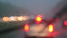 Ci??ki ruch drogowy na podeszczowym spadku przy noc? z rozmytymi samochodami zbiory