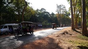 Ciężki ruch drogowy tuktuks przy Ta Keo w Siem Przeprowadza żniwa zbiory