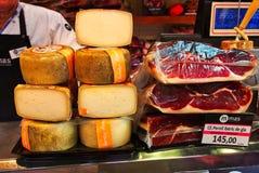 Ciężki ser i Leczący baleron, St Joseph rynek, Barcelona, Hiszpania zdjęcia royalty free